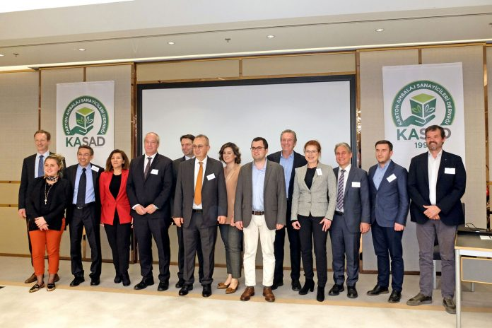 The recent meeting of KASAD, the Turkish association for the carton packaging industry, was an opportunity for the joint team of Koenig & Bauer and Koenig & Bauer Duran to introduce itself to the country's packaging branch. Koenig & Bauer Sheetfed sales director Dietmar Heyduck (3rd from right) announced the transfer of sales activities to Koenig & Bauer Duran