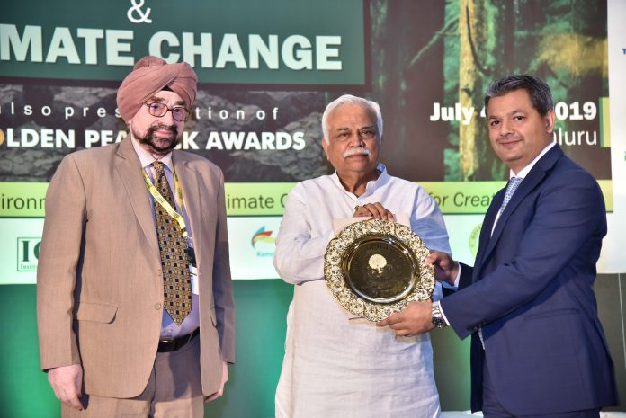 Caption: RV Deshpande, Minister for Revenue & Skill Development, Government of Karnataka and Lt. Gen. JS Ahluwalia, PVSM (retd.), president, Institute Of Directors presented the award to Vikram Bhadauria at the IoD Golden Peacock's 21st World Congress on Environment Management and Climate Change and Awards ceremony in Bengaluru. ALOK shared this honor alongside reputed companies such as TATA Steel, Hyundai Motors, TATA Motors, JK Cement, Godrej Industries and GSK.